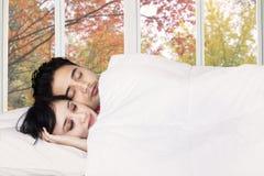 Para śpi wpólnie na sypialni Obraz Royalty Free