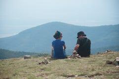 Para piechurzy siedzi w wierzchołku góra Zdjęcie Stock