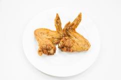 Para pieczony kurczak uskrzydla na naczynie bielu Obrazy Stock