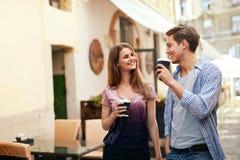 Para Pije kawę I odprowadzenie Przy ulicą Zdjęcia Royalty Free