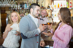 Para pije wino przy barem Obraz Stock