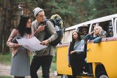 Para podróżnicy z mapą Zdjęcie Stock