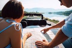 Para podróżników planów auto marszruta z mapą fotografia stock