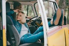 Para podróżnicy w furgonetce Zdjęcia Royalty Free