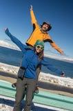 Para podróżuje na zim drogach zdjęcie royalty free