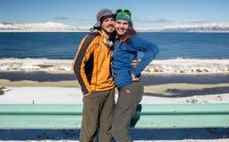 Para podróżuje na zim drogach obrazy royalty free