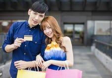 Para pokazuje kredytową kartę przed zakupy centrum handlowym Obraz Stock