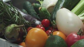 Para pomidory spada przy rozsypiskiem warzywa zdjęcie wideo