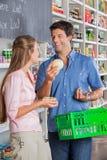 Para Porównuje ser Przy sklepem spożywczym zdjęcia royalty free