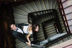 Para pozuje na schody Fotografia Royalty Free