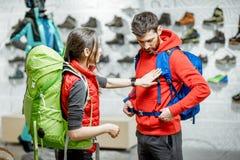 Para próbuje plecaki w sporta sklepie zdjęcie royalty free