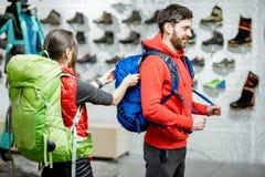 Para próbuje plecaki w sporta sklepie zdjęcia royalty free