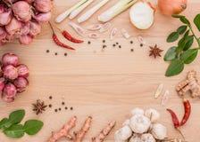 Para preparar especiarias para cozinhar restos picantes de Tailândia em um assoalho de madeira Foto de Stock Royalty Free