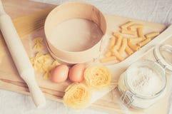 Para preparar las herramientas y los ingredientes de la goma Foto de archivo libre de regalías