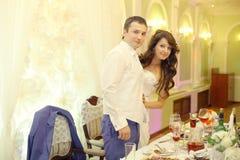 Para przy ślubu stołem fotografia stock