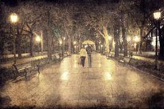 Para przy aleją w nocy światłach Zdjęcia Royalty Free