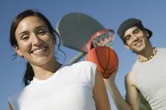 Para przy boisko do koszykówki niskiego kąta widokiem. Obrazy Stock