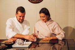 Para przy herbacianą ceremonią Obraz Royalty Free