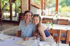 Para przy kawiarnią Zdjęcia Royalty Free
