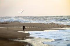Para przy plażą Blisko wody obrazy royalty free