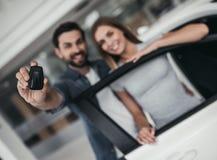 Para przy przedstawicielstwem firmy samochodowej obraz stock