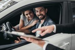 Para przy przedstawicielstwem firmy samochodowej zdjęcia stock
