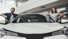 Para przy przedstawicielstwem firmy samochodowej obrazy royalty free