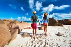 Para przy tropikalnym plażowym jest ubranym wysypka strażnikiem Fotografia Stock