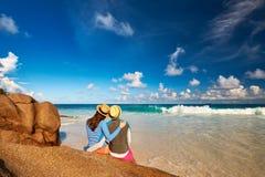 Para przy tropikalnym plażowym jest ubranym wysypka strażnikiem Fotografia Royalty Free