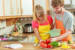 Para przygotowywa świeżych warzyw jedzenia sałatki Zdjęcie Royalty Free
