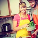 Para przygotowywa świeżych warzyw jedzenia sałatki Fotografia Stock