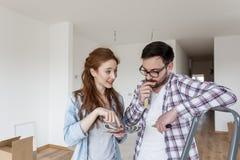 Para przygotowywająca malować pokój obraz royalty free