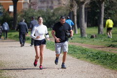 Para przyjaciele biega parka Zdjęcia Stock