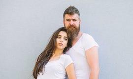 Para przyjaciele wieszają out wpólnie Młodość elegancki strój prosty ale nowożytny młody eleganckie Par koszula biały cuddle fotografia stock