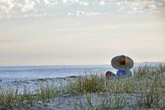 Para puesta del sol que espera en la playa Imágenes de archivo libres de regalías