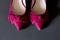para różowi kobieta buty z faborkiem i szarym tłem Fotografia Royalty Free