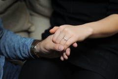 para rąk zaangażowała się trzymać Zdjęcia Royalty Free