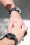 Para ręki trzyma each inny i para zegarek Zdjęcia Royalty Free