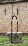 para recoger bien el agua de lluvia en el claustro de la A histórica Imagenes de archivo