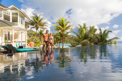 Para relaksuje luksusowego hotelu pływackim basenem zdjęcia royalty free