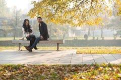 Para Relaksuje Na ławce W jesień parku zdjęcia stock