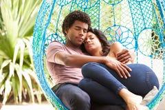 Para Relaksuje Na Plenerowej ogród huśtawce Seat zdjęcie stock