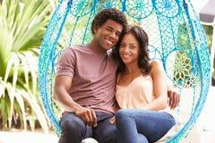 Para Relaksuje Na Plenerowej ogród huśtawce Seat zdjęcia stock
