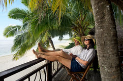 Para relaksuje podczas podróż wakacje na tropikalnej wyspie Obraz Stock