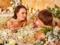 Para relaksuje w skąpaniu z kwiatów płatkami centrum Zdjęcia Royalty Free