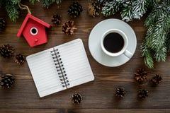 Para resumir el año Cuaderno cerca de los juguetes de la Navidad y decoración del Año Nuevo en la opinión superior del fondo de m Fotografía de archivo