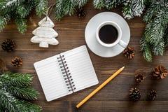 Para resumir el año Cuaderno cerca de los juguetes de la Navidad y decoración del Año Nuevo en la opinión superior del fondo de m Fotografía de archivo libre de regalías