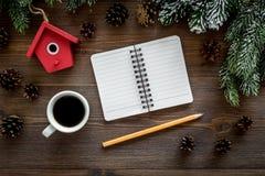 Para resumir el año Cuaderno cerca de los juguetes de la Navidad y decoración del Año Nuevo en la opinión superior del fondo de m Foto de archivo libre de regalías