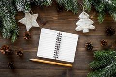 Para resumir el año Cuaderno cerca de los juguetes de la Navidad y decoración del Año Nuevo en la opinión superior del fondo de m Imágenes de archivo libres de regalías