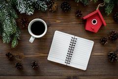 Para resumir el año Cuaderno cerca de los juguetes de la Navidad y decoración del Año Nuevo en la opinión superior del fondo de m Fotos de archivo libres de regalías